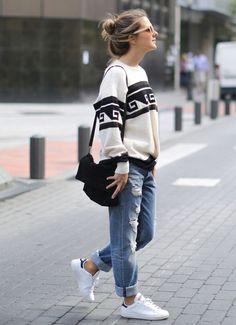 Stan Smith con look desenfadado de boyfriend jeans y jersey estampado.: