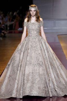 Pin for Later: Régalez la Modeuse Qui Est en Vous Avec les Looks les Plus Extravagants de la Semaine de la Haute Couture Zuhair Murad