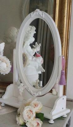 Petite coiffeuse, dans un style Shabby chic, patinée blanc albâtre : Meubles et rangements par les-intemporels