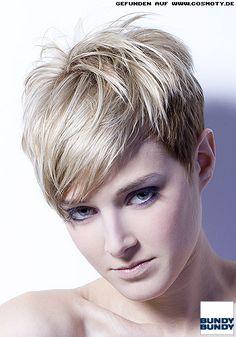 Blonder Kurzhaarschnitt mit hellerem Deckhaar / Frauen