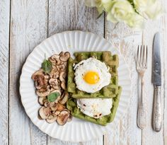 This breakfast recipe is a total game changer! These spinach waffles with fried eggs and mushrooms will absolutely change your life. Healthy Breakfast Recipes, Brunch Recipes, Healthy Cooking, Healthy Eating, Healthy Recipes, Clean Breakfast, Savoury Recipes, Eggs And Mushrooms, Stuffed Mushrooms