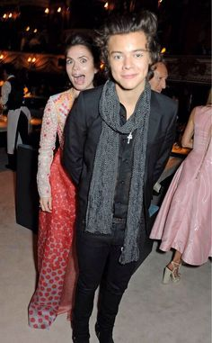 Hayley Atwell photobombing Harry Styles I just love Hayley Atwell, she's such a beautiful dork.