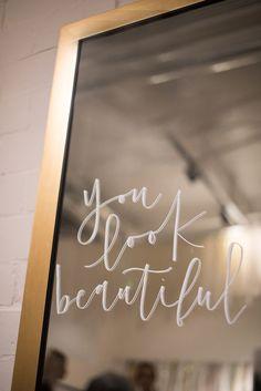 Best 35 Clothing Boutique Interior Design Ideas You Need To Try / Clothing Boutique Interior Design Ideas 32 Boutique Design, Boutique Decor, A Boutique, Boutique Stores, Fashion Boutique, Beauty Boutique, Boutique Displays, Boutique Names, Clothing Boutique Interior