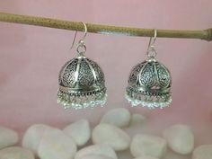 Pendientes étnicos artesanales de plata de 1a. ley y pequeñas perlas naturales, elaborados en Rajhastan, India. Miden 3,5 cm alto y 2,5 cm. ancho.