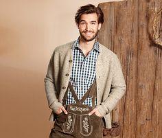 Der traditionelle Cardigan im bayrischen Stil mit Knöpfen in Hirschhorn-Optik passt nicht nur zur Tracht. In Kombination mit Jeans und Karohemd kommt man damit auch im Alltag lässig daher. Durch den Schurwoll-Anteil ist die Jacke angenehm weich und wärmend. Die Trachten-Strickjacke hat zwei Eingrifftaschen. Sie ist gerade geschnitten und wurde ohne Ärmelbündchen und zusätzlichen Saum gearbeitet. Kragen und Knopfleiste sind mit einer gestrickten Paspelierung versehen. Die Passform ist normal.