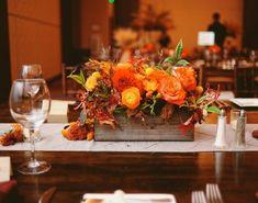 bac en bois et fleurs automnales orange: décoration de table mariage
