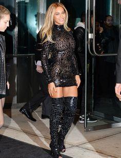 La robe effet craquelé de Beyoncé à l'école des Arts Visuels de New York