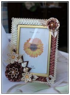 Мария Баркалова. 32 года. Место проживания - Балашов, Россия. Фото. Kanzashi Flowers, Diy Flowers, Ribbon Flower Tutorial, Ribbon Art, Diy Frame, Deco Mesh, Ribbons, Framed Art, Picture Frames