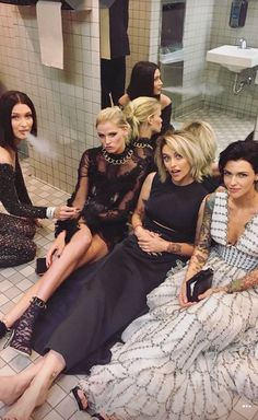 The real party at the Met gala was in the bathroom The cool kids: Paris Jackson shared a snap of herself sitting on the bathroom floor, barefoot, with Lara Stone, Ruby Rose, and a smoking Bella Hadid Paris Jackson, Bella Hadid, Lara Stone, Rubin Rose, Orange Is The New Black, Mannequins, Gentleman Style, Gossip Girl, Girl Crushes