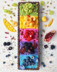 Stunning vegan rainbow pie by Silvia With chia pudding, coconut yogurt and berry/almond/dark chocolate crust. Cute Food, Yummy Food, Plat Vegan, Cocina Natural, Avocado Dessert, Rainbow Food, Fruit Tart, Coconut Yogurt, Sweet Tarts