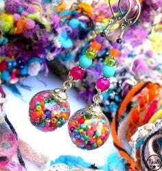 Ravissantes boucles d'oreilles ludiques et pétillantes, composées de globes en verre soufflés contenant des perles de rocailles en verre Preciosa multicolores. Jolies perles en - 21056599