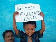 Criança indiana segura cartaz com messagem sobre o Dia da Terra