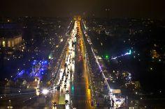 En esta foto aérea la avenida de los Campos Elíseos, en París, muestra su decoración navideña, colocada tradicionalmente a finales de noviembre. (AP)
