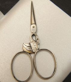 Vintage Sewing Vintage Novelty Swan Needlework Sewing Scissors Very Nice, these are beautiful! Vintage Scissors, Sewing Scissors, Embroidery Scissors, Vintage Sewing Notions, Antique Sewing Machines, Vintage Sewing Patterns, Sewing Box, Sewing Tools, Art Du Fil