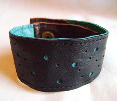 Bracelet en cuir recyclé noir perforé turquoise et brun par Emillye