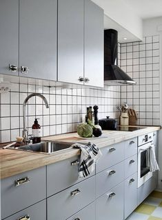 Are you looking for some amazing ideas for your new kitchen backsplash? Installing a new backsplashk is a great way to update your kitchen without going through a full remodel. Boho Kitchen, Kitchen Linens, New Kitchen, Kitchen Interior, Backsplash Cheap, White Kitchen Backsplash, Kitchen Cabinets, Functional Kitchen, Small Kitchens