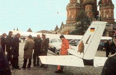 Em 1987, Mathias Rust iludiu a segurança aérea soviética e aterrou em plena praça Vermelha, Moscovo. Mais de 25 anos depois, a vida do então jovem alemão é (ainda mais) turbulenta. http://obviousmag.org/archives/2009/04/mathias_rust.html