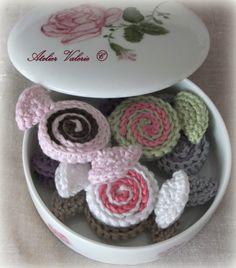 Zoete snoepjes gemaakt door Atelier Valérie. Wat een leuk klein haakprojectje zeg! Erg leuk om er een paar te haken en in een schaaltje te leggen.