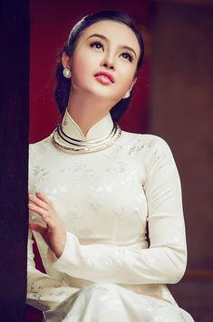 Hoa hậu Julia Hồ đẹp đằm thắm với áo dài xưa - The gioi sao