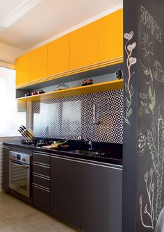 45 Beautifful And Cozy Colourfull Kitchen Ideas - Retro kitchen decor can be tricky to get right in a modern kitchen. When you design your kitchen you want to get a feel for the era that has inspired . Retro Kitchen Decor, Kitchen Room Design, Kitchen Cabinet Design, Modern Kitchen Design, Kitchen Interior, Kitchen Ideas, Kitchen Modular, Modern Kitchen Cabinets, Kitchen Furniture