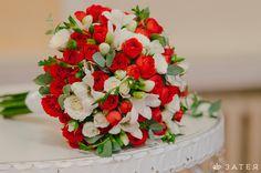 Красные букеты невесты фото