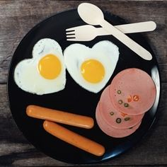 Gut bacteria react to choline, a nutrient found in eggs and meat, to produce a chemical that increases the risk of blood clots, heart attack and stroke. Gut Bacteria, Diet Recipes, Blood, Nutrition, Heart, Breakfast, Morning Coffee, Skinny Recipes, Hearts