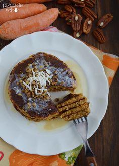 Hot cakes de zanahoria (estilo pastel de zanahoria) con nuez, coco y miel de maple. Puedes usar el bagazo de zanahoria que queda al preparar tu jugo de zanahoria y naranja