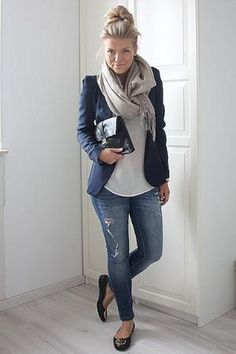 Vintage French Soul ~ Cute Blazer Outfits Ideas For Women 15 Blue Blazer Outfit, Blazer Outfits For Women, Look Blazer, Blazer With Jeans, Winter Outfits Women, Casual Fall Outfits, Casual Blazer, Ripped Jeans, Scarf Outfits