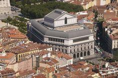 Teatro Real con el Palacio Real enfrente. Madrid España