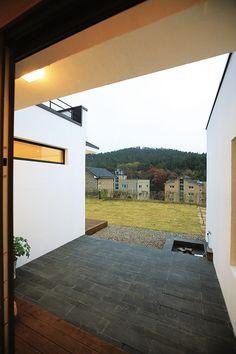 두 세대가 나누어 사는 심플하우스 - Daum 부동산 Ranch, Sidewalk, Doors, Interior, Outdoor Decor, Windows, House, Home Decor, Guest Ranch