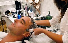 Vários clientes contam ao cabeleireiro Anderson Santos do Barber Shop Marcos Proença qual é o principal motivo de frequentar uma barbearia. Ele diz que as