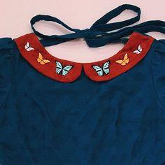 Superzoom pra gente se encantar com a delicadeza da golinha bordada do vestido Borboletinhas Silvestres 🦋 Todos os detalhes desse sonho na cuplovershop.com.br 🌿 #cuplover #terradossonhos