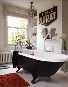 I soooo adore these clawfoot bath tubs .... and they are so comfortable,just wish I still had mine