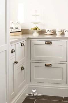 The Satin Antique finish is available across each of our luxury brass hardware collections and can seamlessly work alongside an array of interior concepts. Here our Queslett collection pulls and Cotswold collection mushroom knobs feature satin antique satin lacquered finish to adorn this inviting kitchen space by Brownlow Furniture. Brass Cabinet Hardware, Kitchen Cabinet Handles, Kitchen Hardware, Brass Handles, White Bathroom Cabinets, Brass Kitchen, Interior Concept, Modern Spaces, Modern Kitchen Design
