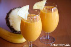 Her på Det søte liv starter vi ny uke med en herlig, tropisk smoothie laget med ananas, mango, banan og persimon. Oppskriften gir 2 glass. Milkshake, Smoothies, Pudding, Mango, Desserts, Recipes, Food, Drink, Pineapple