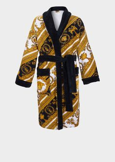 I ♡ Baroque Terry Cloth Bathrobe by Versace Home. Adorned with bold Barocco prints and contrasting trims, this soft and iconically covered bathrobe exudes luxury. Versace Bathrobe, Bad Boy Style, Versace Handbags, En Stock, Fashion Outlet, Boy Fashion, Womens Fashion, Baroque, Summer Outfits