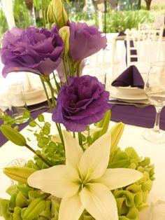 Centro de mesa en morado y blanco de Florería el Paraíso en Quinta Pavo Real del Rincón www.pavorealdelrincon.com.mx