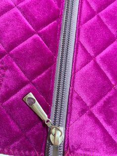 Toilettaske. Gratis mønster og vejledning | Accessories | Sygal Handbag Tutorial, Long Hair Video, Creation Couture, Diy Hair Bows, Bag Patterns To Sew, Quilted Bag, Diy Hairstyles, Chanel Boy Bag, Sewing Tutorials