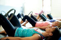 5 ezer forint, csodásan formálja az alakot, és leégeti a zsírt: 6 gyakorlat pilatesgyűrűvel - Fogyókúra   Femina Pilates Ring, Ankle Weights, Lose Weight, Weight Loss, Gym Workout For Beginners, Cameron Diaz, Glutes, Gym Workouts, Ted