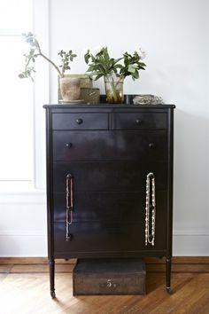 Mona Kowalska house || Grégoire Kalt  paint chest of drawers black.