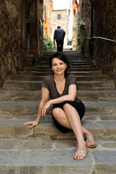 Juliette Binoche on set of Certified Copy !  Juliette Binoche , daughter of an actress and a sculptor, was only 23 when s. Juliette Binoche, Julia Ormond, The English Patient, Star Francaise, Actrices Hollywood, Poster S, French Actress, Salma Hayek, Celebs