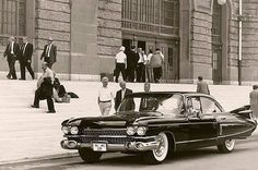 1960'larda Haydarpaşa Garı önünde insanlar ve yolcusunu bekleyen muhteşem 1959 Cadillac...