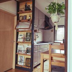 部屋の雰囲気に合わせたインテリアが欲しいけれど、できれば安く済ませたい。そんな時には、ホームセンターや100均などで手軽に買えるすのこを使って自作してみましょう。シンプルな作りだからアレンジしやすく加工も簡単。形や大きさも自由に変えることができますよ。