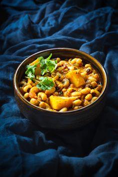 Best Lobia Aloo Masala recipe (black eyed bean potato in onion tomato gravy) Paneer Recipes, Curry Recipes, Indian Food Recipes, Ethnic Recipes, Masala Curry, Chana Masala, Masala Aloo Recipe, Best Curry Recipe