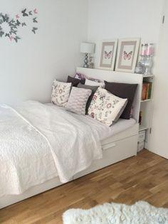 Gemütliches WG-Zimmer mit flauschigem Teppich und großem Bett mit vielen Kissen.  WG-Inspiration aus Stuttgart.  #Stuttgart #WGZimmer #Wohnung