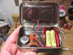 DIY Altoid-Tin Solar Radio - Pragmatists can make this to try to stay in communication with their Vault contact - Can we have something to tune it to w Arduino? Survival Prepping, Emergency Preparedness, Survival Skills, Survival Gear, Homestead Survival, Survival Hacks, Hurricane Preparedness, Survival Backpack, Survival Items