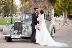 #fotografoboda #fotosboda #fotografosbodasmadrid  #fotografomadrid #reportajedeboda Antique Cars, Wedding Dresses, Photo Studio, Pictures, Vintage Cars, Bride Dresses, Bridal Gowns, Weeding Dresses, Wedding Dressses