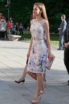 La Reina Letizia  con vestido corto a la rodilla de print floral, de Hugo Boss.