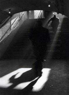 Sabine Weiss, Sortie de Metro, Paris, 1955