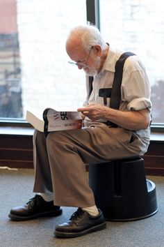 """Man reading """"Windows 7 Secrets"""" in a bookstore How To Read People, Book People, Good Books, Books To Read, My Books, Book Reader, Love Reading, Reading Books, Old Men"""